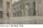 Купить «Boys play in fountain near the Gostinniy Dvor in Moscow», видеоролик № 28960730, снято 25 июля 2018 г. (c) Ирина Мойсеева / Фотобанк Лори
