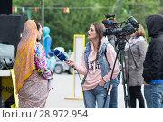 Купить «Tyumen, Russia, on August 18, 2018: The journalist and the video operator of one of TV channels of Tyumen interview», фото № 28972954, снято 18 августа 2018 г. (c) Землянникова Вероника / Фотобанк Лори
