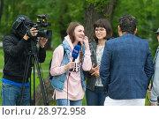 Купить «Tyumen, Russia, on August 18, 2018: The journalist and the video operator of one of TV channels of Tyumen interview», фото № 28972958, снято 18 августа 2018 г. (c) Землянникова Вероника / Фотобанк Лори