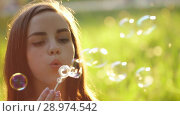 Купить «Yong Woman Blow on a Dandelion», видеоролик № 28974542, снято 15 июня 2018 г. (c) Илья Шаматура / Фотобанк Лори
