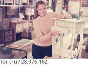 Купить «woman buyer standing near nightstand», фото № 28976162, снято 15 ноября 2017 г. (c) Яков Филимонов / Фотобанк Лори