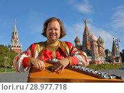 Купить «Minstrel with music instrument gusli», фото № 28977718, снято 5 августа 2018 г. (c) Алексей Кузнецов / Фотобанк Лори