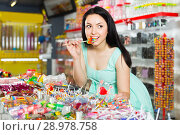sexy vigorous female posing in the store with lolly. Стоковое фото, фотограф Яков Филимонов / Фотобанк Лори