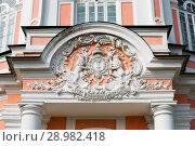 Купить «Герб на фронтоне большой каменной оранжереи в Кусково, Москва», фото № 28982418, снято 21 июля 2018 г. (c) Инна Грязнова / Фотобанк Лори
