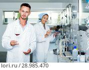 Купить «Man checking quality of wine in chemical laboratory», фото № 28985470, снято 12 декабря 2019 г. (c) Яков Филимонов / Фотобанк Лори