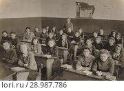 Купить «Десятый класс женской школы, 1946-1947 гг», фото № 28987786, снято 21 ноября 2019 г. (c) Татьяна Юни / Фотобанк Лори