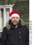 Купить «Портрет мужчины с бородой в шапке Санта Клауса зимой на даче», эксклюзивное фото № 28989874, снято 9 марта 2018 г. (c) Елена Коромыслова / Фотобанк Лори