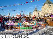 Купить «Москва. Новогодняя ГУМ-ярмарка на Красной площади», фото № 28991262, снято 9 января 2018 г. (c) Елена Коромыслова / Фотобанк Лори