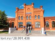 Купить «Железнодорожный вокзал. Вышний Волочек», эксклюзивное фото № 28991438, снято 5 августа 2018 г. (c) Александр Щепин / Фотобанк Лори