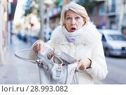 Купить «Adult female is having problem because her wallet was stolen», фото № 28993082, снято 21 декабря 2017 г. (c) Яков Филимонов / Фотобанк Лори