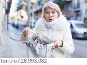 Купить «Adult female is having problem because her wallet was stolen», фото № 28993082, снято 21 декабря 2017 г. (c) Яков Филимонов / Фотобанк Лори