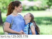 Купить «Мама с дочкой в парке, смотрят друг на друга», фото № 29005178, снято 3 июня 2018 г. (c) Кекяляйнен Андрей / Фотобанк Лори