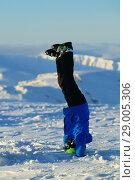 Купить «Мальчик-горнолыжник, стоящий на голове на вершине горы Айкуайвенчорр. Город Кировск, Мурманская область.», эксклюзивное фото № 29005306, снято 15 октября 2018 г. (c) Сергей Цепек / Фотобанк Лори