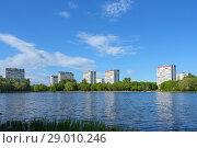 Купить «Большой Головинский пруд и парк в Головинском районе Москвы», фото № 29010246, снято 27 мая 2017 г. (c) Ирина Носова / Фотобанк Лори