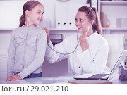 Купить «Doctor leading medical appointment the girl with stethoscope», фото № 29021210, снято 29 апреля 2017 г. (c) Яков Филимонов / Фотобанк Лори