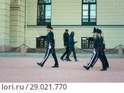 Купить «Смена караула гвардейцев с двумя проходящими африканцами на заднем плане. Королевский дворец в Осло, Норвегия», фото № 29021770, снято 2 июня 2020 г. (c) Сергей Цепек / Фотобанк Лори