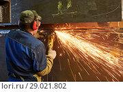 Купить «worker grinding weld seam with grinder machine and sparks», фото № 29021802, снято 11 мая 2018 г. (c) Дмитрий Калиновский / Фотобанк Лори