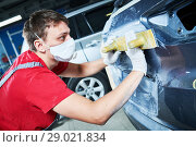 Купить «auto repairman grinding automobile body», фото № 29021834, снято 29 августа 2018 г. (c) Дмитрий Калиновский / Фотобанк Лори