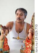 Купить «Man applying tilak to god», фото № 29029710, снято 3 января 2014 г. (c) easy Fotostock / Фотобанк Лори