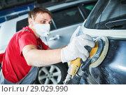 Купить «auto repairman grinding autobody», фото № 29029990, снято 29 августа 2018 г. (c) Дмитрий Калиновский / Фотобанк Лори