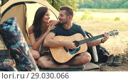 Young couple with guitar in tent. Стоковое видео, видеограф Илья Шаматура / Фотобанк Лори