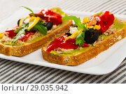 Купить «Bread with guacamole, canned tuna, cheese, vegetables», фото № 29035942, снято 22 июня 2018 г. (c) Яков Филимонов / Фотобанк Лори
