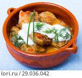 Купить «Cabbage rolls in leaves of cabbage in clay pot with sour cream», фото № 29036042, снято 21 сентября 2018 г. (c) Яков Филимонов / Фотобанк Лори