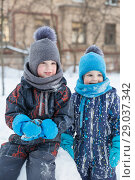 Купить «Portrait of two small smiling boys 2 and 4 years old in winter playing outdoors», фото № 29037342, снято 21 марта 2018 г. (c) Юлия Бабкина / Фотобанк Лори