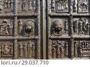 Купить «Магдебургские (Корсунские, Плоцкие, Сигтунские) врата Софийского собора в Великом Новгороде», фото № 29037710, снято 6 августа 2015 г. (c) Александр Гаценко / Фотобанк Лори