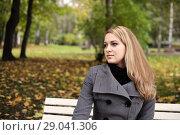 Купить «Девушка на скамейке в осеннем парке», фото № 29041306, снято 5 октября 2013 г. (c) Александр Гаценко / Фотобанк Лори