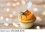 Купить «cupcake with halloween decoration on table», фото № 29044474, снято 6 июля 2017 г. (c) Syda Productions / Фотобанк Лори