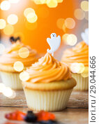 Купить «cupcake with halloween decoration», фото № 29044666, снято 6 июля 2017 г. (c) Syda Productions / Фотобанк Лори