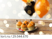 Купить «halloween party decorated cupcakes on plate», фото № 29044670, снято 6 июля 2017 г. (c) Syda Productions / Фотобанк Лори