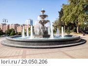 Купить «Красивый фонтан перед зданием медицинского университета в Баку. Республика Азербайджан», фото № 29050206, снято 26 сентября 2017 г. (c) Евгений Ткачёв / Фотобанк Лори