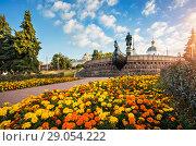 Купить «Тверь в цветах Monument to Afanasy Nikitin and many  flowers», фото № 29054222, снято 19 августа 2018 г. (c) Baturina Yuliya / Фотобанк Лори