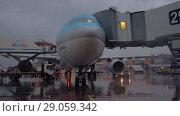 Купить «Korean Air plane with boarding bridge. Soon departure from Sheremetyevo Airport», видеоролик № 29059342, снято 4 октября 2017 г. (c) Данил Руденко / Фотобанк Лори