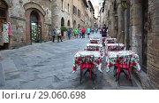 Купить «На средневековой улице старинного города Сан Джиминьяно. Тоскана, Италия», видеоролик № 29060698, снято 24 сентября 2017 г. (c) Виктор Карасев / Фотобанк Лори