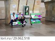 """Купить «Москва, стойка для зарядки мобильных устройств на станции метро """"Сухаревская""""», эксклюзивное фото № 29062518, снято 8 сентября 2018 г. (c) Dmitry29 / Фотобанк Лори"""