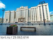 Купить «Государственная Дума и цветы building of the State Duma and a flower bed», фото № 29063614, снято 14 августа 2018 г. (c) Baturina Yuliya / Фотобанк Лори