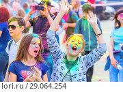 Купить «Веселые девочки отмечают праздник Холи», фото № 29064254, снято 12 мая 2018 г. (c) Акиньшин Владимир / Фотобанк Лори