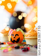 Купить «halloween party decorated cupcakes on wooden table», фото № 29067110, снято 6 июля 2017 г. (c) Syda Productions / Фотобанк Лори