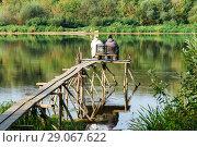Купить «Тульская область. Заокский район. Водный пейзаж с  рыбаками ловящями рыбу на речке Ока», эксклюзивное фото № 29067622, снято 6 сентября 2018 г. (c) Игорь Низов / Фотобанк Лори
