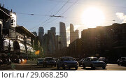 Купить «Timelapse view of the high-rise buildings and transport metropolis, flows of people and cars are regulated by traffic lights on multi-lane highways and road junction in Moscow», видеоролик № 29068250, снято 9 сентября 2018 г. (c) Mikhail Starodubov / Фотобанк Лори