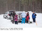Купить «Остановка на автомобилях на занесенной дороге, среди зимнего леса, во время сильного снегопада», фото № 29070518, снято 22 февраля 2014 г. (c) Кекяляйнен Андрей / Фотобанк Лори