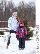 Купить «Портрет мамы с ребенком возле слепленного в парке снеговика», фото № 29070522, снято 9 февраля 2014 г. (c) Кекяляйнен Андрей / Фотобанк Лори