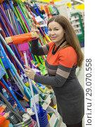 Купить «Женщина выбирает швабру с губкой в магазине», фото № 29070558, снято 14 февраля 2014 г. (c) Кекяляйнен Андрей / Фотобанк Лори