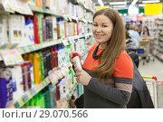 Купить «Покупка шампуня в отделе косметики в крупном сетевом магазине», фото № 29070566, снято 14 февраля 2014 г. (c) Кекяляйнен Андрей / Фотобанк Лори