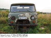 Старый ржавый брошенный автомобиль УАЗ. Программа утилизации (2018 год). Редакционное фото, фотограф Игорь Низов / Фотобанк Лори