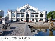 Фасад здания Крытого рынка в Саратове (2018 год). Редакционное фото, фотограф Михаил Смыслов / Фотобанк Лори