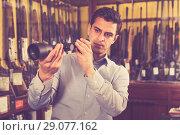 Купить «Adult man looking for optical sights», фото № 29077162, снято 11 декабря 2017 г. (c) Яков Филимонов / Фотобанк Лори